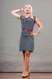 Mittlere erwachsene Frau in Sommer gestreiftem Kleid Stockbild