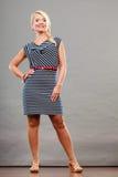 Mittlere erwachsene Frau in Sommer gestreiftem Kleid Lizenzfreies Stockfoto