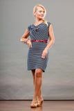 Mittlere erwachsene Frau in Sommer gestreiftem Kleid Stockbilder