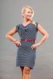 Mittlere erwachsene Frau in Sommer gestreiftem Kleid Lizenzfreie Stockfotos