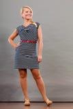 Mittlere erwachsene Frau in Sommer gestreiftem Kleid Stockfotografie