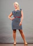 Mittlere erwachsene Frau in Sommer gestreiftem Kleid Lizenzfreie Stockfotografie