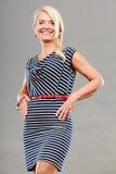 Mittlere erwachsene Frau in Sommer gestreiftem Kleid Stockfoto