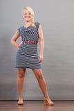 Mittlere erwachsene Frau in Sommer gestreiftem Kleid Lizenzfreie Stockbilder