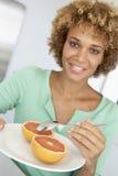 Mittlere erwachsene Frauen-Holding-Platte mit gesunden Nahrungsmitteln Lizenzfreies Stockfoto