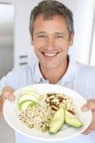 Mittlere erwachsene Mann-Holding-Platte der gesunden Nahrung lizenzfreie stockfotografie