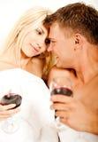 Mittlere erwachsene Paare beim Bettlächeln Lizenzfreie Stockfotos