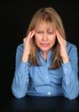 Mittlere gealterte Frau mit Kopfschmerzen Stockfoto