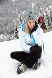 Mittlere gealterte Frau am Ski-Feiertag in den Bergen stockfoto