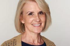 Mittlere gealterte lächelnde Frau lizenzfreie stockfotos