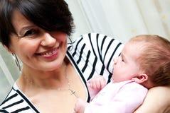 Mittlere gealterte Mama mit Schätzchen Stockfoto