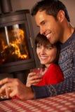 Mittlere gealterte Paare, die auf dem Sofa fernsieht Sitzen Lizenzfreie Stockbilder