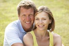 Mittlere gealterte Paare, die Spaß in der Landschaft haben Lizenzfreie Stockfotografie