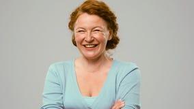 Mittlere gealterte Schauspielerin, die Gefühle der Freude zeigt Lizenzfreie Stockbilder