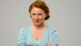 Mittlere gealterte Schauspielerin, die heikle Gefühle zeigt Stockfotografie
