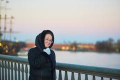 Mittlere Greisin auf dem Neva-Damm in St Petersburg, Russland Stockfotos