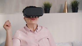 Mittlere Greisin in der Wirklichkeit 3d glassed, Geste machend stock video footage