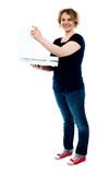 Mittlere Greisin, die Pizzakasten hält Stockfotos
