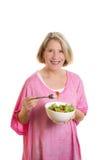 Mittlere Greisin, die salat isst Stockbilder