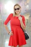 Mittlere Greisin im roten Kleid Stockbild