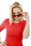 Mittlere Greisin im roten Kleid und in der Sonnenbrille Stockbild