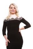 Mittlere Greisin im stilvollen schwarzen Kleid Lizenzfreie Stockfotografie