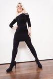 Mittlere Greisin im stilvollen schwarzen Kleid Stockfotos