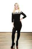 Mittlere Greisin im stilvollen schwarzen Kleid Stockfoto