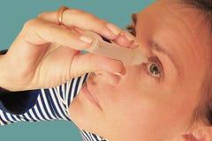 Mittlere Greisin l?sst Augen fallen Makronahaufnahmebild des Gesichtes Medizinisches Verfahren zu Hause M?dchenholding Eyedropper stockfoto