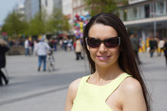 Mittlere Greisin mit Sonnenbrille Stockfoto