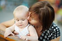 Mittlere Greisin und ihr entzückender kleiner Enkel Stockbilder