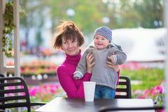 Mittlere Greisin und ihr kleiner Enkel Stockbilder