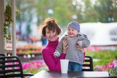 Mittlere Greisin und ihr kleiner Enkel Lizenzfreies Stockbild