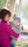 Mittlere Greisin und ihr kleiner Enkel Lizenzfreie Stockfotos