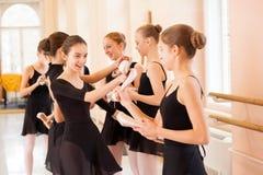 Mittlere Gruppe Jugendlichen, die Spaß haben und nach Ballettklasse sich entspannen stockfotos