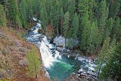 Mittlere McCloud-Wasserfälle, Kalifornien lizenzfreie stockbilder