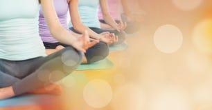 Mittlere meditierende Abschnitte der Frauen und orange bokeh Übergang Stockfoto