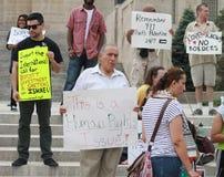 Mittlere Osten-Krise fordert Protestors mit Zeichen bei Lincoln State Capital in Nebraska auf Stockfotografie