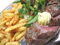 Mittlere Steaks und Chips Lizenzfreie Stockfotos
