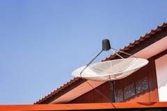 Mittlere weiße Satellitenschüssel auf blauem Himmel Stockfotos