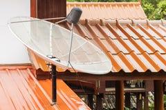 Mittlere weiße Satellitenschüssel auf regnerischem Stockbild