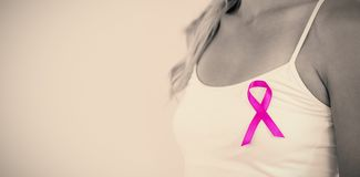 Mittlerer Abschnitt Brustkrebsbewusstseins der jungen Frau des Unterstützungs Lizenzfreie Stockbilder