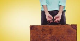 Mittlerer Abschnitt der Frau einen Koffer halten Stockfoto