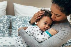Mittlerer Abschnitt der Mutter ihr Baby tragend lizenzfreies stockfoto