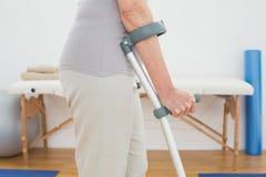 Mittlerer Abschnitt der Nahaufnahme einer Frau mit Krücken Stockbild
