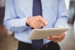 Mittlerer Abschnitt des Geschäftsmannes unter Verwendung der digitalen Tablette Lizenzfreies Stockbild