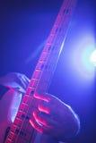Mittlerer Abschnitt des Gitarristen durchführend im Nachtklub Lizenzfreie Stockfotografie