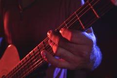 Mittlerer Abschnitt des Gitarristen durchführend am Konzert Stockfoto