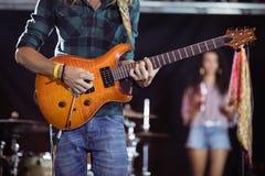Mittlerer Abschnitt des Gitarristen durchführend am Nachtklub Stockbilder