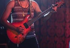 Mittlerer Abschnitt des Gitarristen Gitarre am Nachtklub spielend Lizenzfreies Stockbild